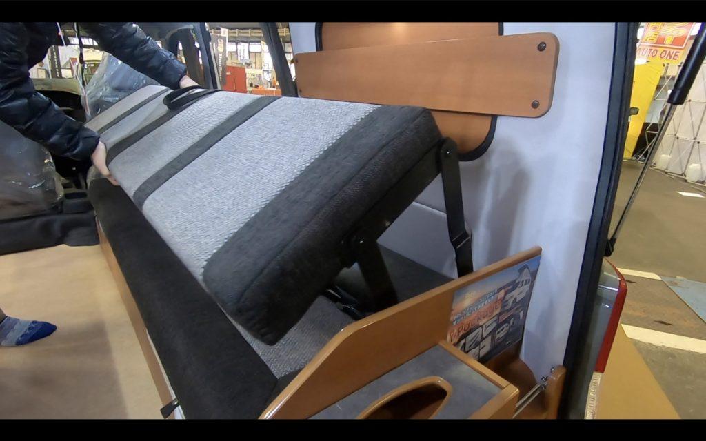 キャンピングカー広島社のカレントキャンパーピコのベッド