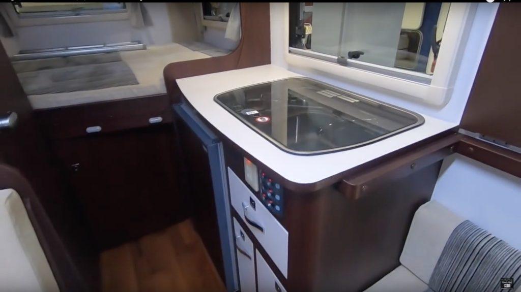 NUTS RV(ナッツRV)社の「CREA 5.3X Evolution(クレア5.3X エボリューション)」のキッチン