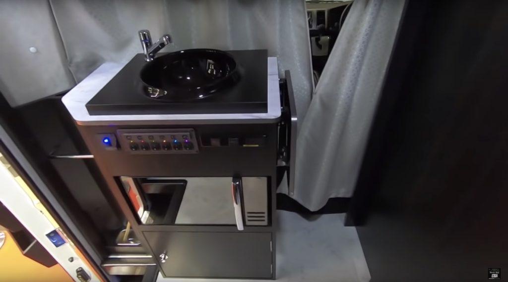 RV TRUST(RVトラスト)社の「TR500 C-LH」のキッチンスペース