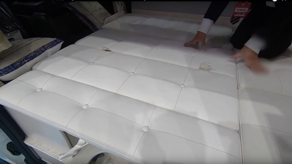 RV BIGFOOT(RVビックフット)社の「SWING N4.7」のベッド