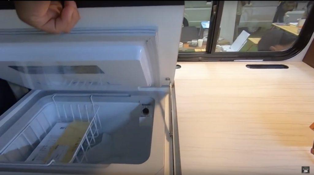 キャンパー鹿児島社の「Rem Forest KUROS.ver(レム フォレスト クロスバージョン)」の冷蔵庫