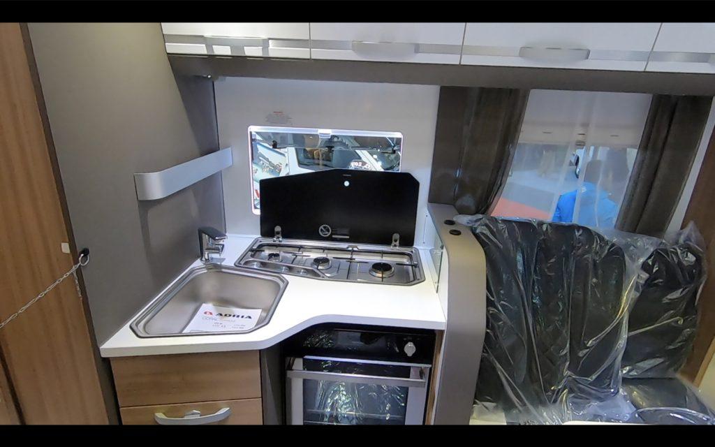 ADRIA(アドリア)社の「CORAL SUPREME670DL(コーラル シュプリーム670DL)」のキッチン