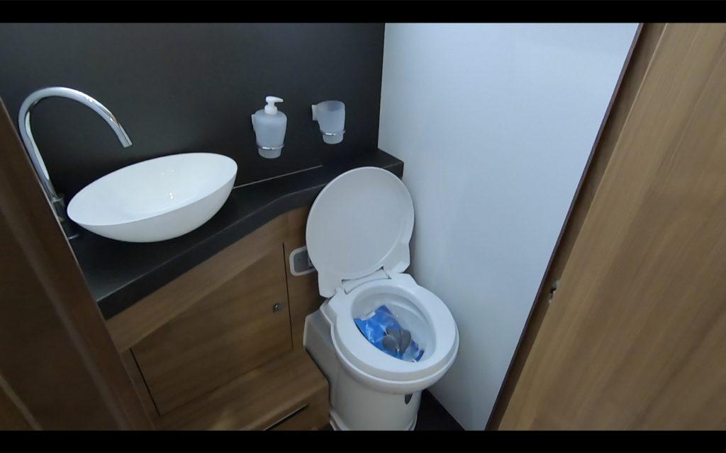ADRIA(アドリア)社の「CORAL SUPREME670DL(コーラル シュプリーム670DL)」のトイレ